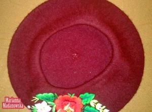 Beret w kolorze fioletowym z wyhaftowanymi ręcznie kwiatami - motyw folklorystyczny z Łowicza