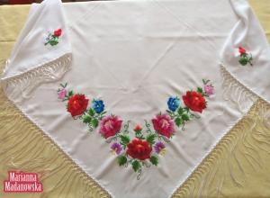 Biała chusta haftowana ręcznie w łowickie róże, bratki i inne kwiaty