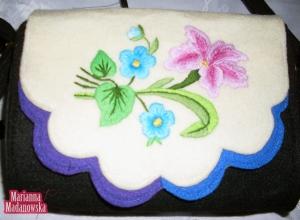 Błękitne i różowe kwiaty - ciekawy motyw na łowickiej torebce - haft ręczny ludowy