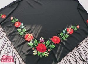 Bogaty i bardzo ozdobny haft ręczny wykonany na czarnej chuście łowickiej