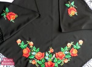 Bogaty łowicki wzór kwiatowy z przewagą róż wyhaftowany ręcznie na czarnej chuście