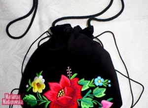 Bratek, niezapominajka i łowicka róża zdobiące ręcznie haftowany łowicki woreczek - nowy wzór Marianny Madanowskiej