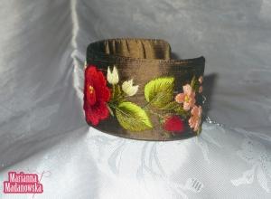 Brązowa bransoletka wyhaftowana ręcznie kwiatami przez Mariannę Madanowską