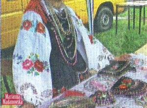 Bronisława Skwarna twórczyni ludowa z Chąśna prezentowała swoje kolorowe i świecące hafty.