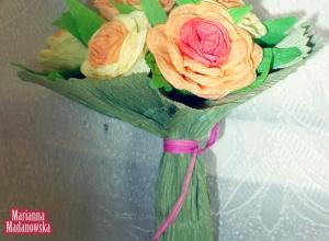 Bukiecik spiętych róż zrobiony z bibuły przez twórczynię ludową Mariannę Madanowską