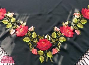 Charakterystyczne dla łowickiej sztuki ludowej wzory kwiatowe haftowane ręcznie na pięknej chuście frędzlowanej