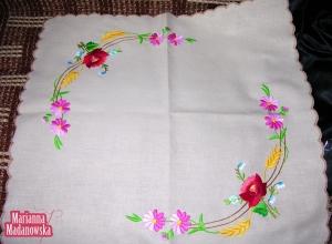 Ciekawy i kolorowy motyw kwiatowy haftowany ręcznie przez Mariannę Madanowską na łowickiej serwetce