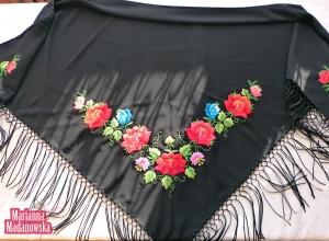 Czarna łowicka chusta ręcznie haftowana w czerwone róże i niebieskie fiołki