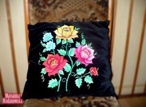 Czarna poduszka z ręcznie haftowanym motywem kwiatowym wykonana przez Mariannę Madanowską