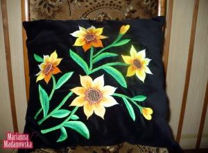 Czarna poduszka z ręcznie wyhaftowanymi przez Mariannę Madanowską słonecznikami
