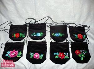 Czarne aksamitne torebki-sakiewki haftowane ręcznie po łowicku przez Mariannę Madanowską