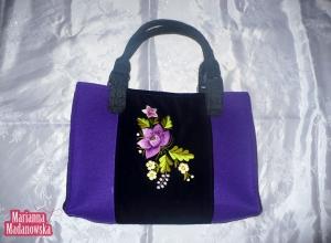 Czarno-fioletowa torebka damska wyhaftowana ręcznie fioletową różą i żołtymi niezapominajkami przez Mariannę Madanowską