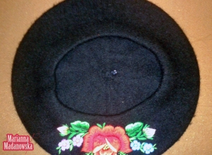Czarny beret z moheru haftowany ręcznie łowickim wzorem kwiatowym