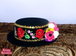 Czarny kapelusz haftowany ręcznie przez Mariannę Madanowską w łowickie motywy kwiatowe