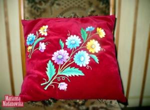 Czerwona poduszka z ręcznie wyhaftowanymi kwiatami przez Mariannę Madanowską