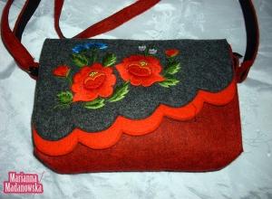 Czerwone maki i niebieskie chabry haftowane ręcznie na stylowej dziewczęcej torebce