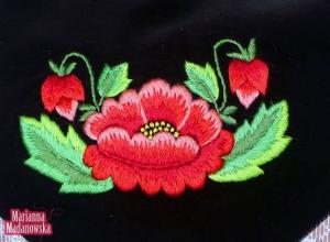 Czerwone maki wyhaftowane po łowicku na czarnym aksamicie - haft ręczny Marianny Madanowskiej