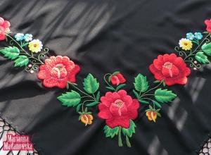 Czerwone róże, fiołki, niezapominajki - folklorystyczny haft łowicki wykonany ręcznie przez Mariannę Madanowską
