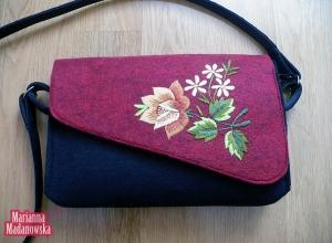 Czerwono-złota torebka haftowana ręcznie wzorami kwiatowymi przez Mariannę Madanowską