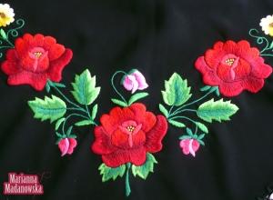 Część haftu kwiatowego wykonanego ręcznie przez Mariannę Madanowską na chuście łowickiej