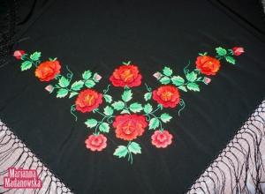 Duży haft ręczny z łowickimi czerwonymi różami wykonany na czarnej chuście łowickiej