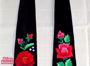 Dwa łowickie haftowane krawaty z motywami łowickich róż - czerwonej i różowej z konwaliami - haft ręczny Marianny Madanowskiej