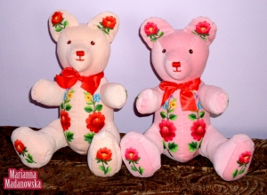 Dwa misie - różowy i łososiowy - wykonane i ozdobione ręcznie haftami łowickimi przez Mariannę Madanowską