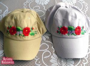 Dwie czapeczki z daszkiem - beżowa i szara - haftowane ręcznie w łowickie motywy kwiatowe