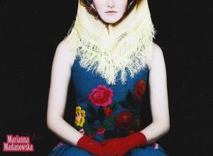 Dzieło twórczyni ludowej Marianny Madanowskiej - sukienka niebieska haftowana ręcznie w łowickie wzory kwiatowe
