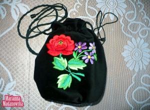 Dziewczęca torebka sakiewka z haftowanymi elementami kwiatowymi łowickiego folkloru