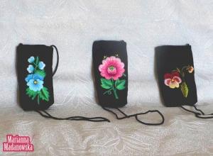 Etui na telefony komórkowe z łowickim haftem ręcznym wykonane przez Mariannę Madanowską