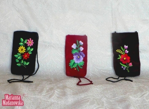 Etui na telefony komórkowe z łowickimi motywami kwiatowymi wykonane przez Mariannę Madanowską