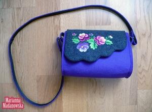 Fioletowa torebka haftowana ręcznie bratkami - Hafciarka Marianna Madanowska