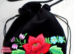 Fioletowe konwalie, błękitne niezapominajki, a w centrum czerwona róża łowicka - haft ręczny wykonany na woreczku damskim