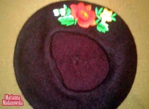 Fioletowy moherowy beret z wyhaftowaną ręcznie różą łowicką