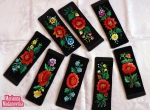 Folklorystyczne motywy kwiatowe wyhaftowane ręcznie na łowickich bransoletkach