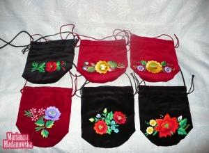 Folkowe torebki damskie w kształcie woreczków ozdobione łowickimi motywami kwiatowymi wyhaftowanymi ręcznie