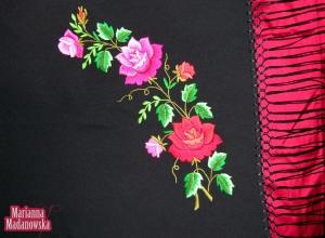 Folkowy szal ze stylowo haftowanymi różami łowickimi autorstwa hafciarki ręcznej Marianny Madanowskiej