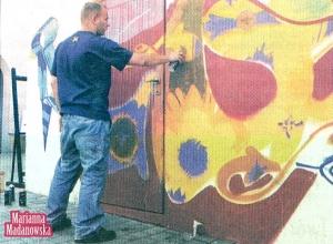 Graffiti na dziedzińcu ŁOK tworzy Tomek Gołębiewski z Poznania.
