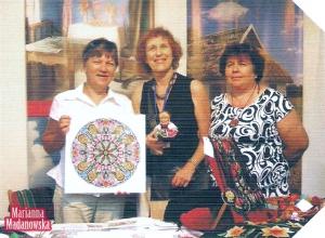 Grażyna Gładka, Libby Bergstain i Marianna Madanowska na stoisku w Jerozolimie