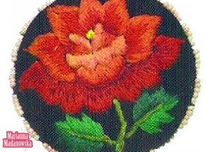 Haftowana ręcznie łowicka róża na broszce Marianny Madanowskiej