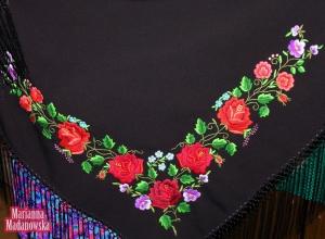 Haftowane na czarnej chuście łowickie róże, bratki, maki i niezapominajki - haft ręczny Marianny Madanowskiej