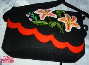 Haftowane ręcznie kwiaty na damskiej torebce w kolorach czarnym i pomarańczowym