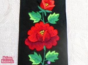 Interesujący motyw kwiatowy z czerwonymi różami wykonany przez hafciarkę ręczną Mariannę Madanowską