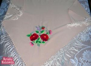 Jasno beżowa chusta z różami, niezapominajkami i konwaliami haftowana ręcznie przez Mariannę Madanowską