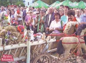 KGW z Kocierzewa przygotowało wieniec dożynkowy w kształcie wozu drabiniastego.