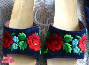 Klapki damskie zdobione łowickim haftem ręcznym autorstwa Marianny Madanowskiej