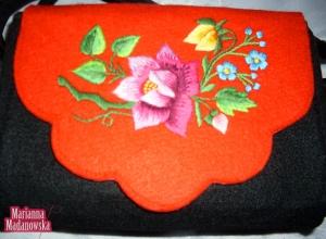 Kolejne dzieło twórczyni ludowej Marianny Madanowskiej - haft ręczny wykonany na kobiecej torebce