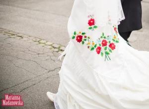 Kolejny przykład ręcznego haftu łowickiego na sukience ślubnej - wzór kwiatowy zaprojektowany i wykonany przez Mariannę Madanowską