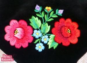 Kolorowe kwiaty haftowane ręcznie na wytwornej sakiewce damskiej